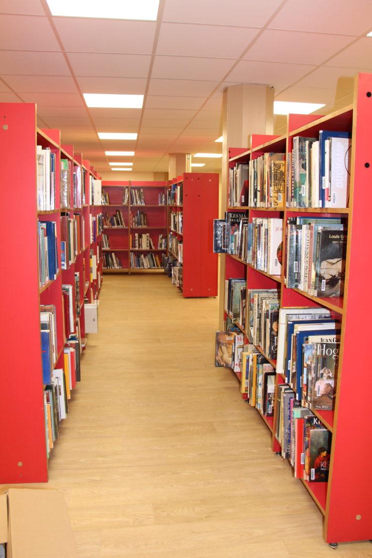 Une bibliothèque spacieuse et confortable